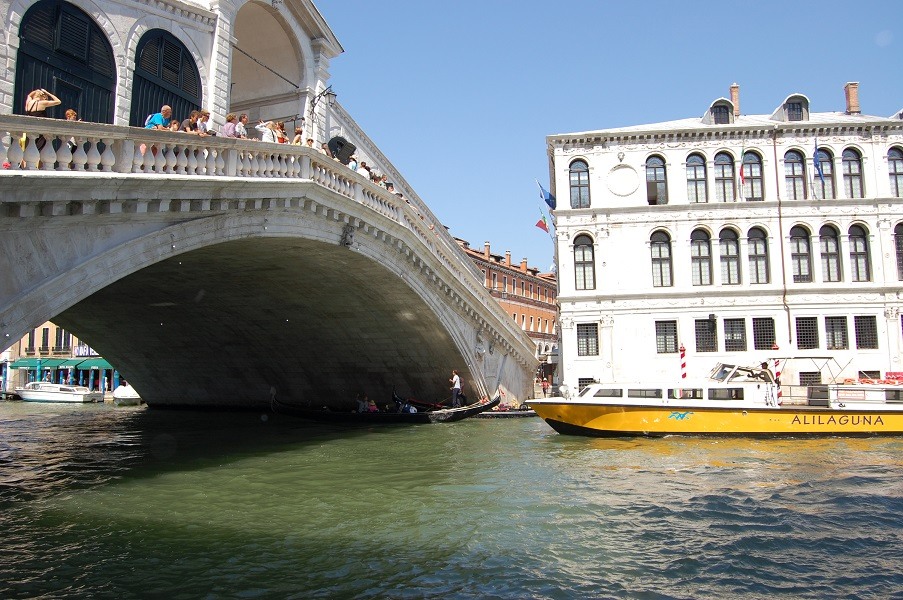 The majestic Rialto bridge